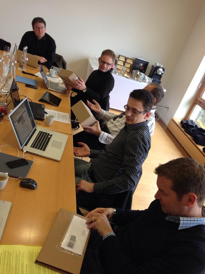 Die Award Jury beim Begutachten und Auspacken der Test-BestellungenDie Award Jury beim Begutachten und Auspacken der Test-Bestellungen